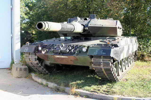 Leopard 2A6 Walk Around
